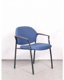 Ahrend 320 ontvangststoel, blauw gestoffeerd, stapelbaar, zwart frame